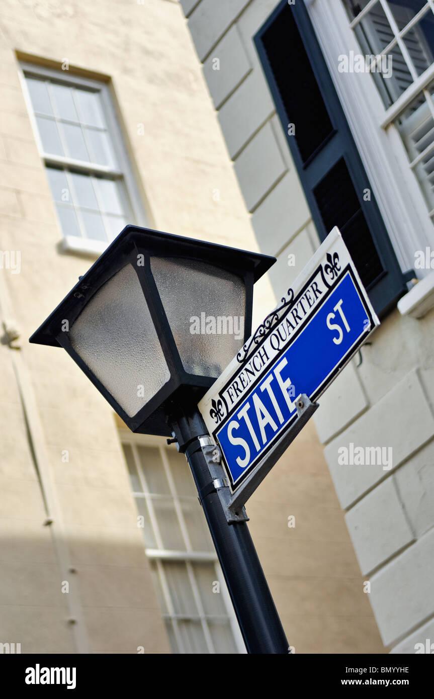 Lampione e strada segno di State Street e il quartiere francese di Charleston, Carolina del Sud Foto Stock