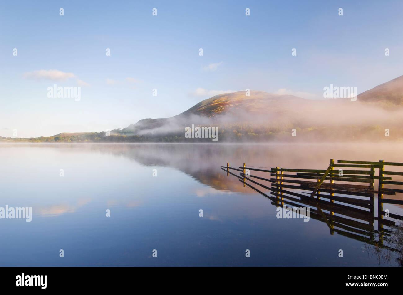 Misty dawn su Loweswater, Parco Nazionale del Distretto dei Laghi Immagini Stock