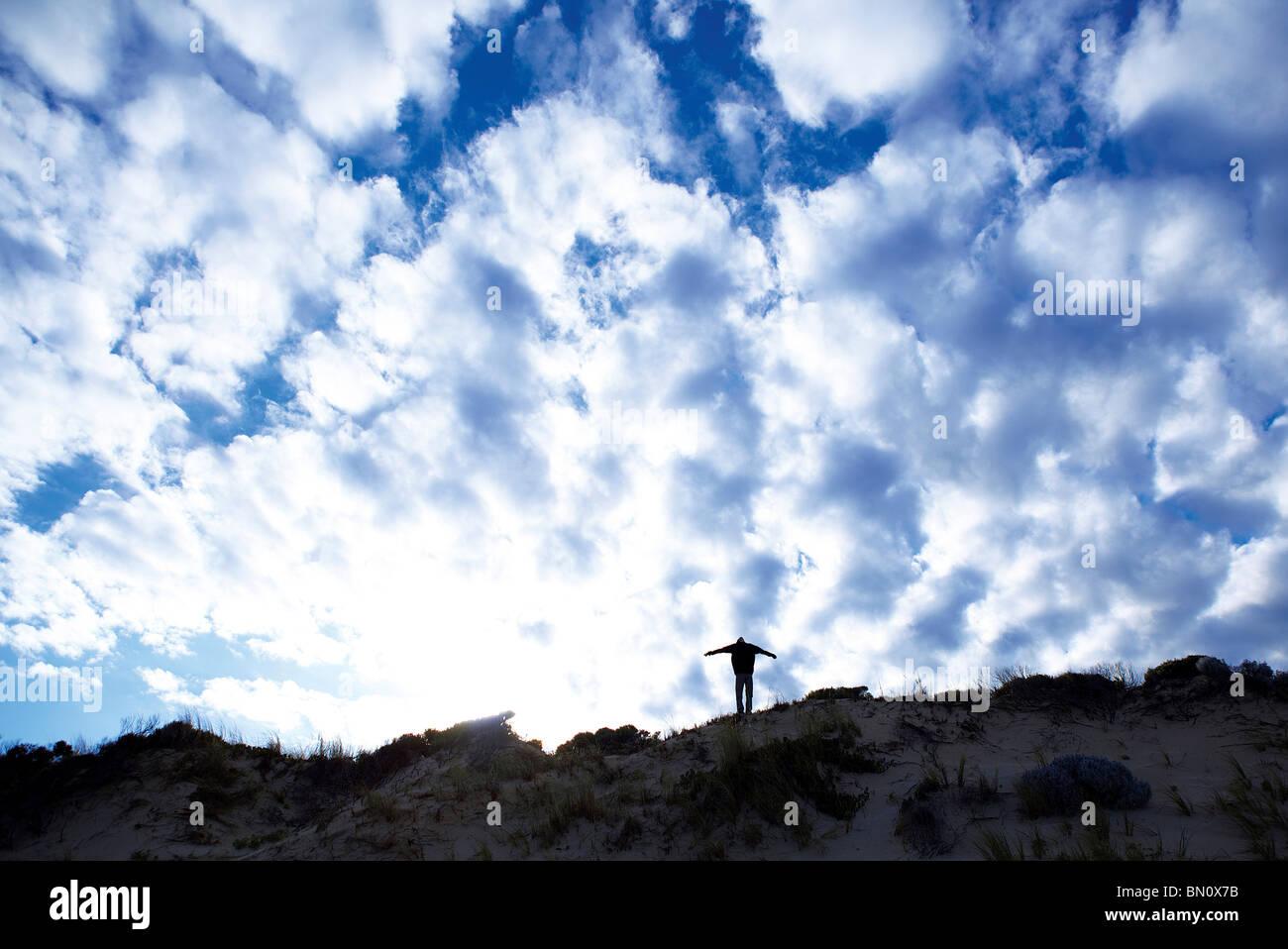 Giovane ragazzo sulle dune in silhouette Foto Stock