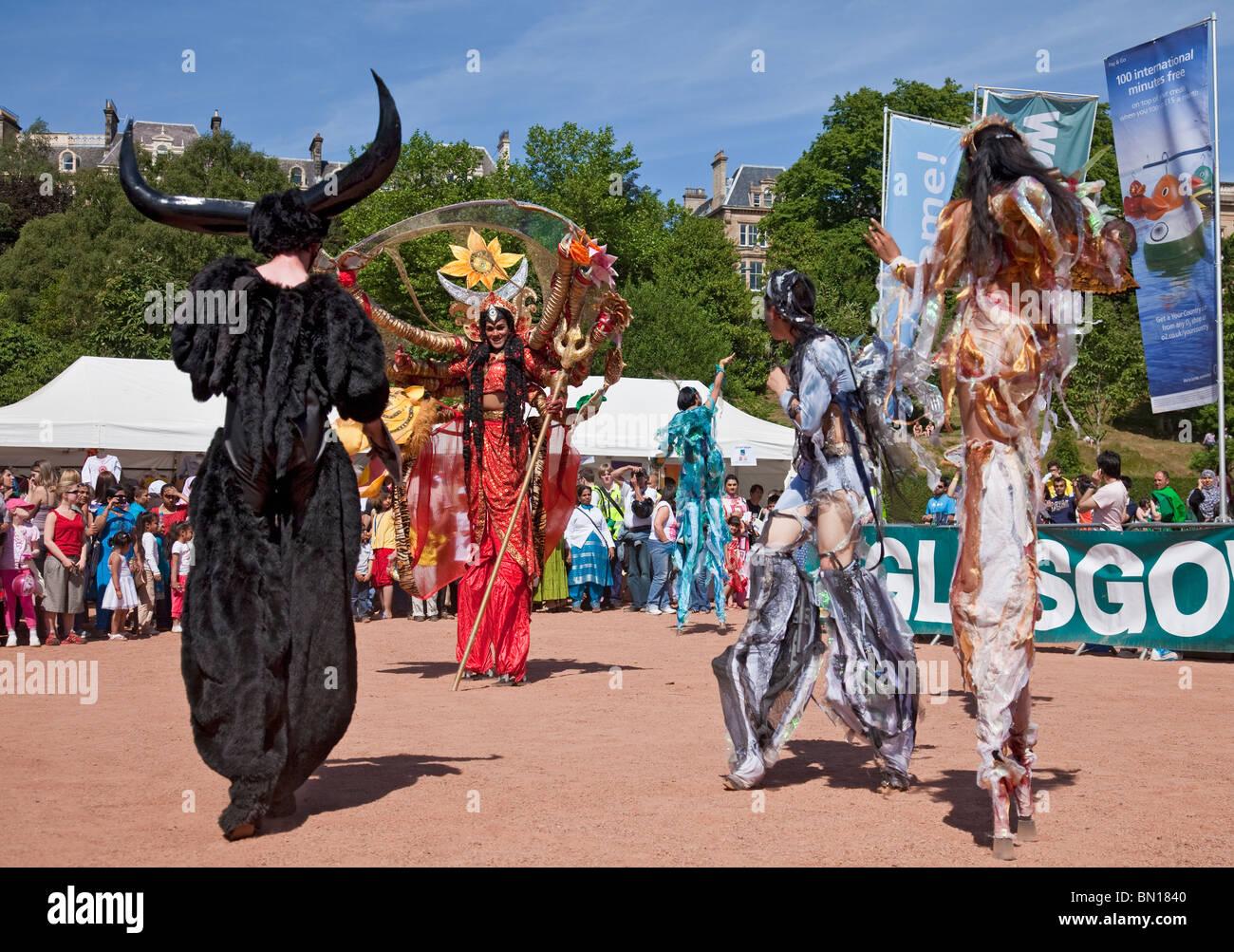 La dea Durga facce del bufalo d'acqua demone, Mahisha in una performance FIPA della natura di icone a Glasgow Immagini Stock