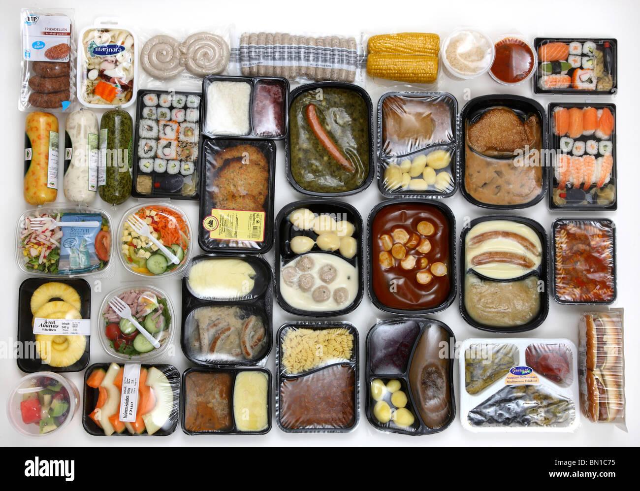 Selezione di cibi. Insalate fresche, frutta, carne, zuppe e piatti di pasta in lattine, leggere a servire i pasti, Immagini Stock