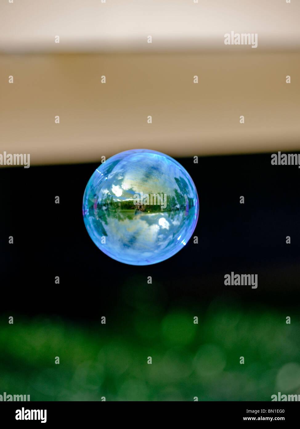 Una bolla galleggianti in aria Immagini Stock