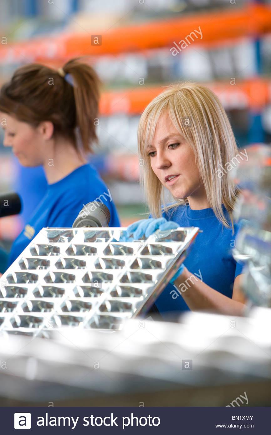 Lavoratore di foratura luce in alluminio raccordi in fabbrica Immagini Stock