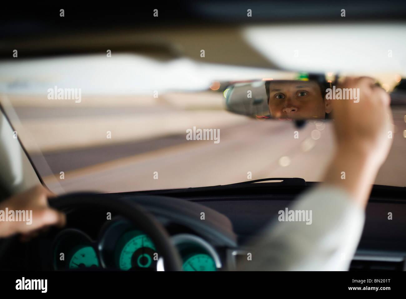 Autista Guida regolazione specchietto retrovisore Immagini Stock