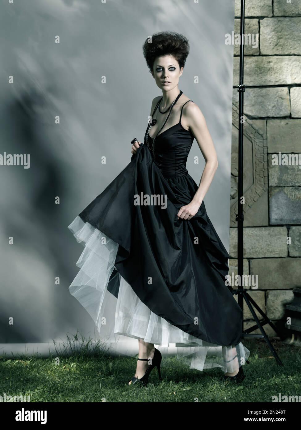 f73675591ac5 Alta moda foto di una bella donna che indossa Lungo abito nero Foto ...