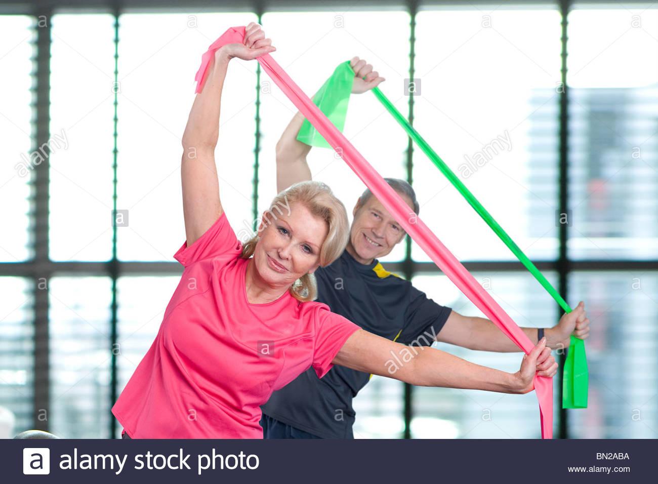 Ritratto di giovane stretching con bande di resistenza tettuccio Immagini Stock