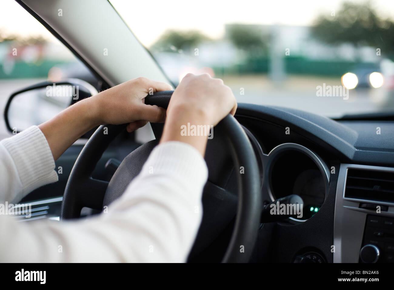 La guida auto con entrambe le mani sul volante Immagini Stock