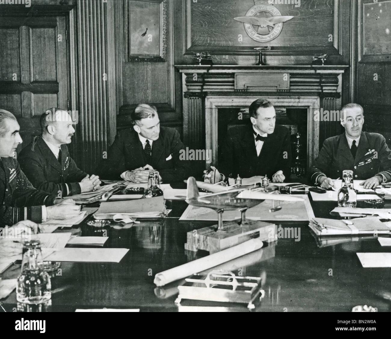 Consiglio di aria nella sessione presso il Ministero dell'aria nel luglio 1940 con Archibald Sinclair secondo Immagini Stock