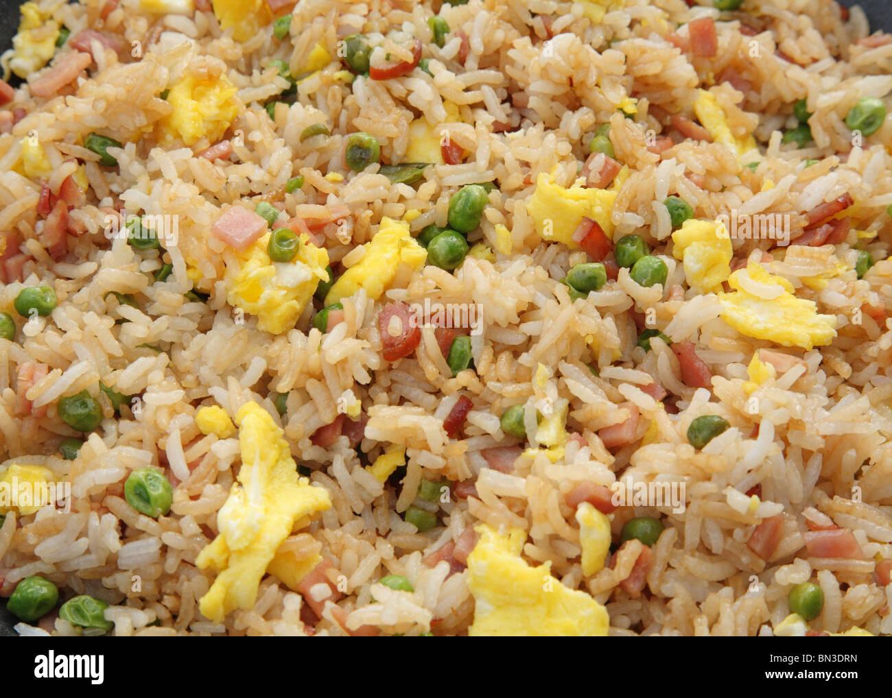 Close-up di dettaglio prelibato prosciutto riso fritto con uova Immagini Stock