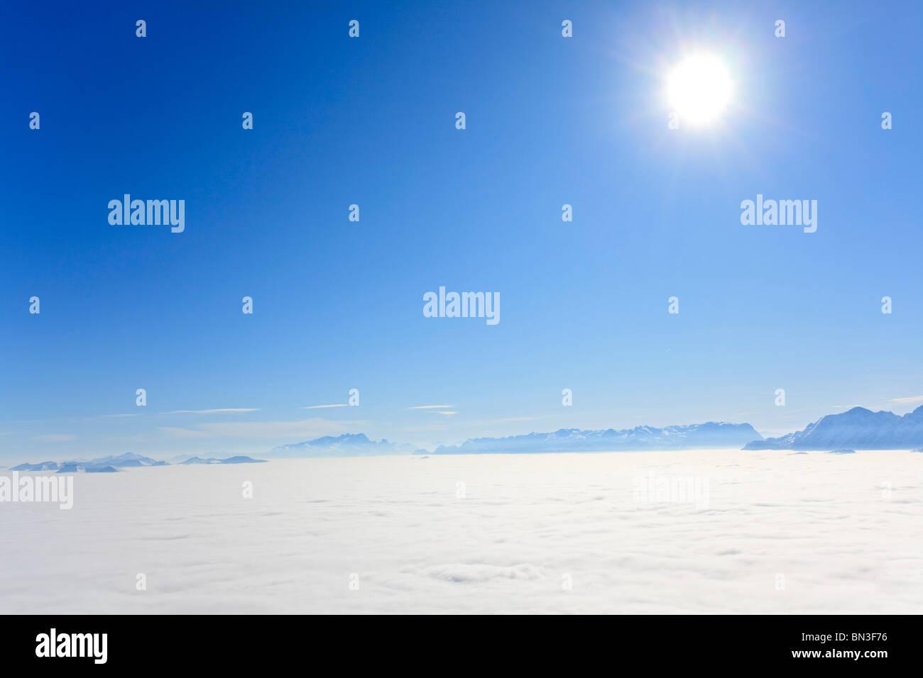 La nebbia che copre la Salzachtal, Salzburger Land, Austria Immagini Stock