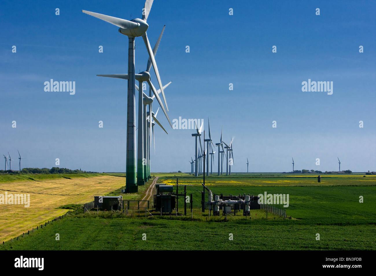 Impianto di energia eolica, Niebuell, Schleswig-Holstein, Germania Immagini Stock