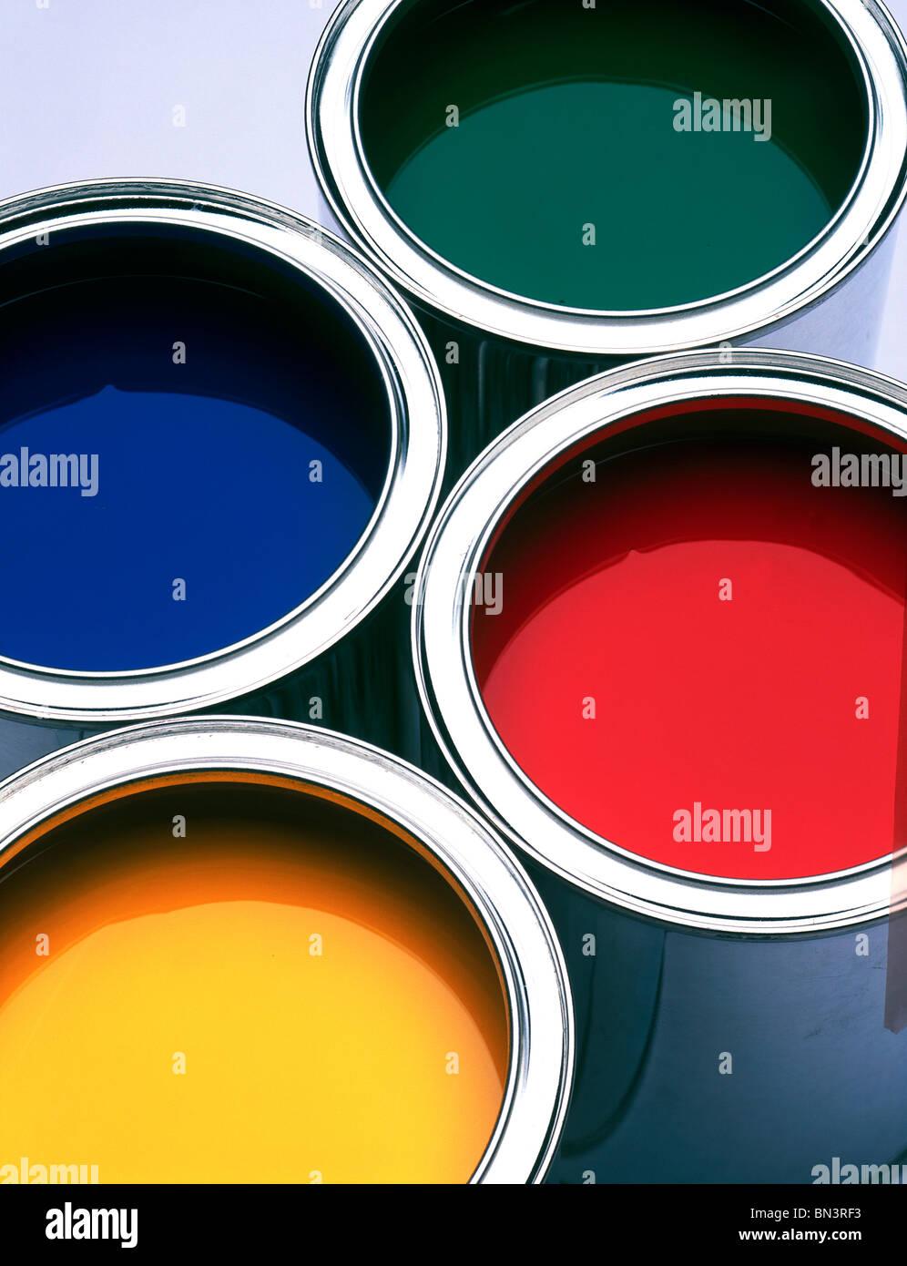 Close-up di quattro lattine di vernice Immagini Stock