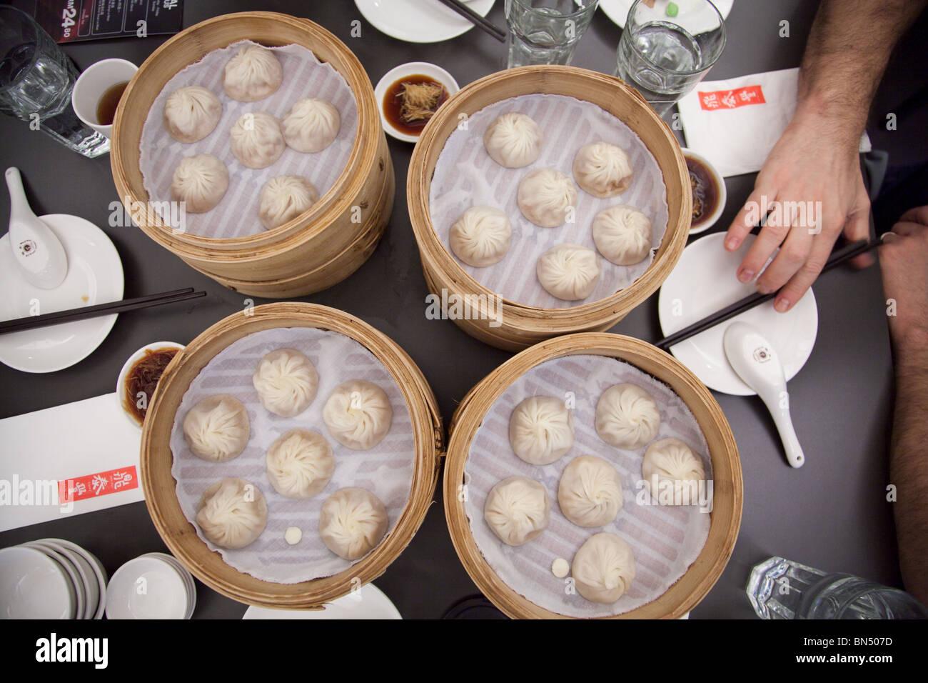 Mangiare Xiao Long Bao gnocchi di patate al vapore al famoso Din Tai Feng Restaurant la posizione della Malesia Immagini Stock
