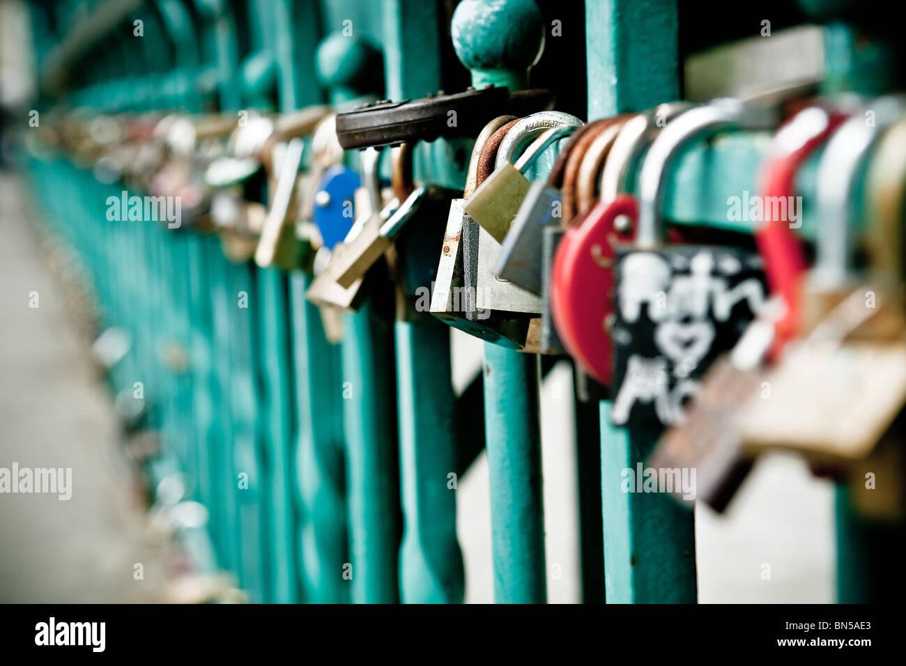Lucchetto appeso su uno dei ponti di Wroclaw Immagini Stock