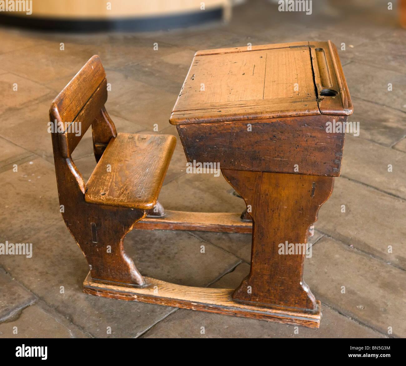 In legno tradizionale banco di scuola, Salts Mill, Saltaire, Bradford, Inghilterra Immagini Stock