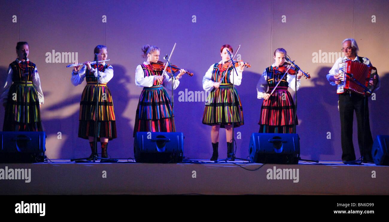 Il folclore polacco balli di gruppo Immagini Stock