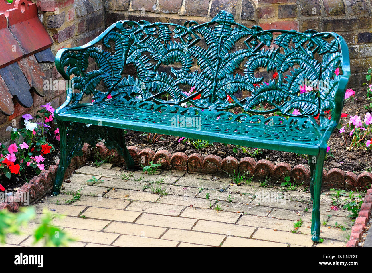 Panchine Da Giardino In Ghisa : Ghisa panchina da giardino foto immagine stock  alamy