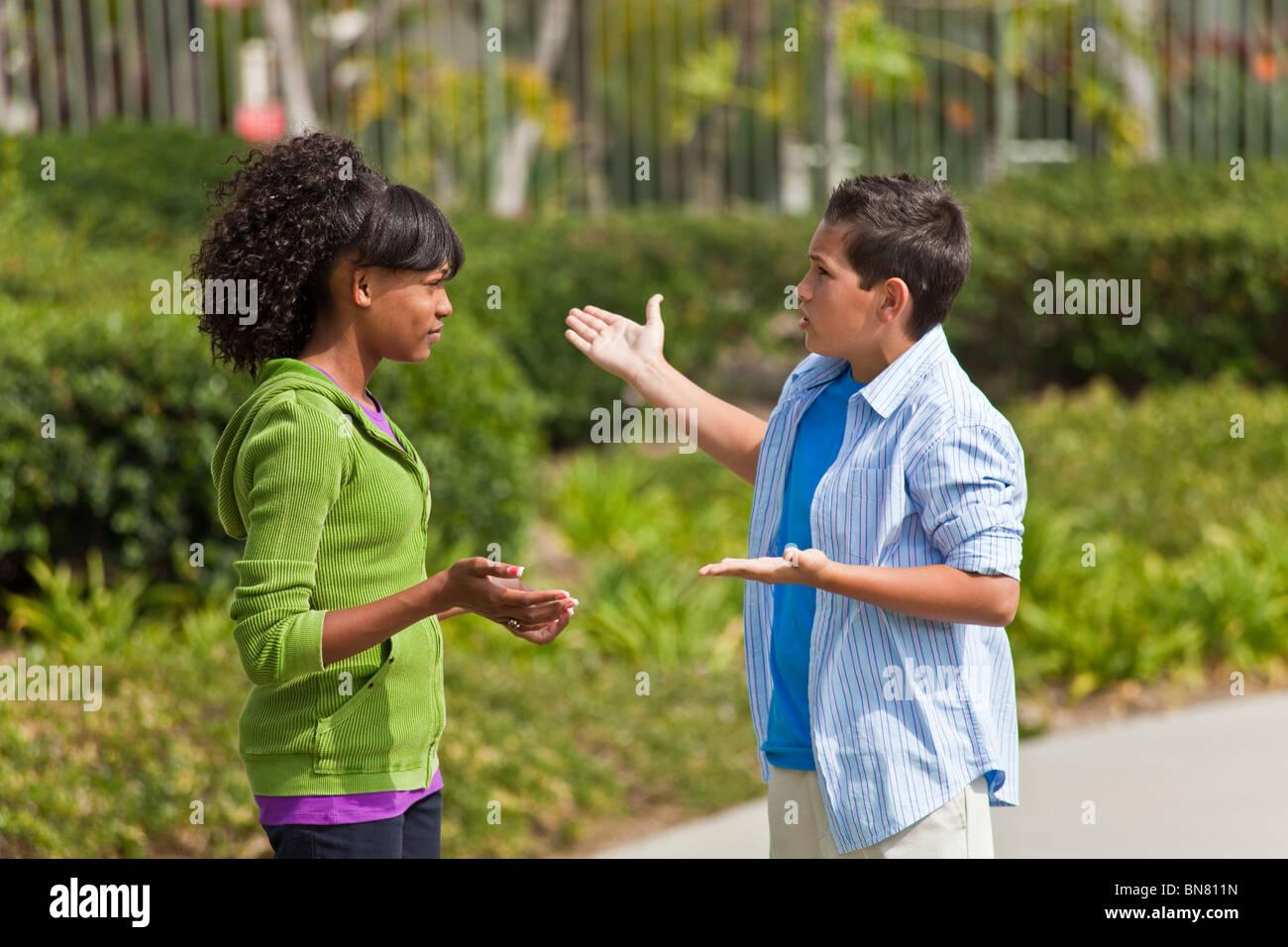 California multi etnico etnico razziale diversificato gruppo adolescenti African American teens parlando entusiasta Immagini Stock