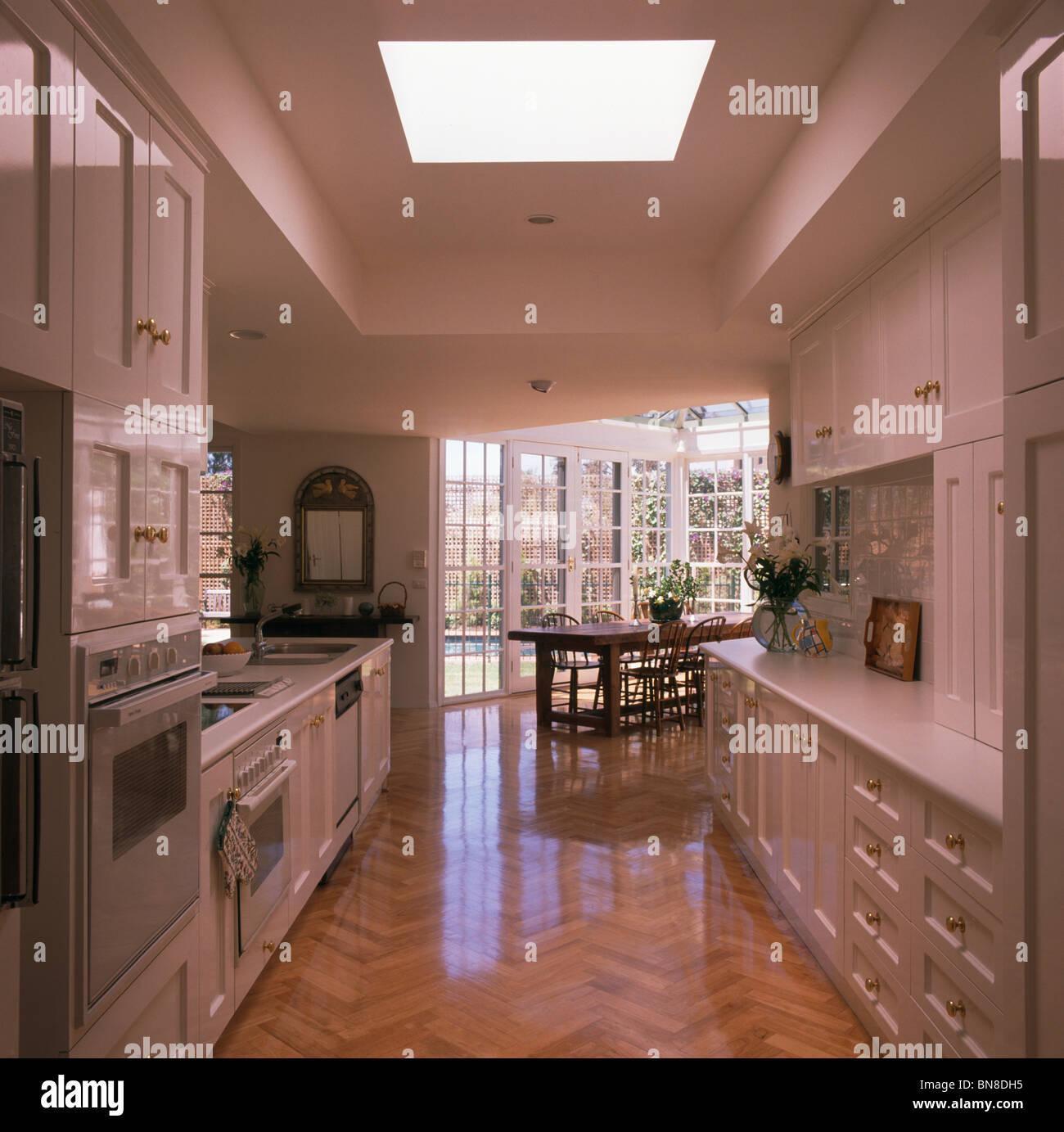 Il pavimento in parquet di legno nella grande cucina moderna e ...