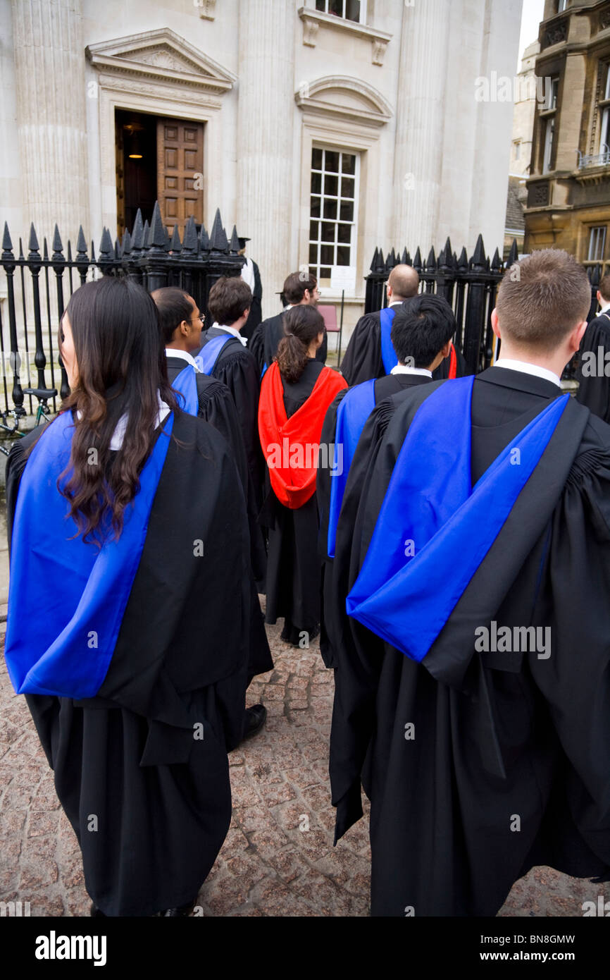 I laureati in abiti di graduazione   accappatoi a un laureato  cerimonia di  laurea all Università di Cambridge. Cambridge. Regno Unito. 831ae0c9ac92
