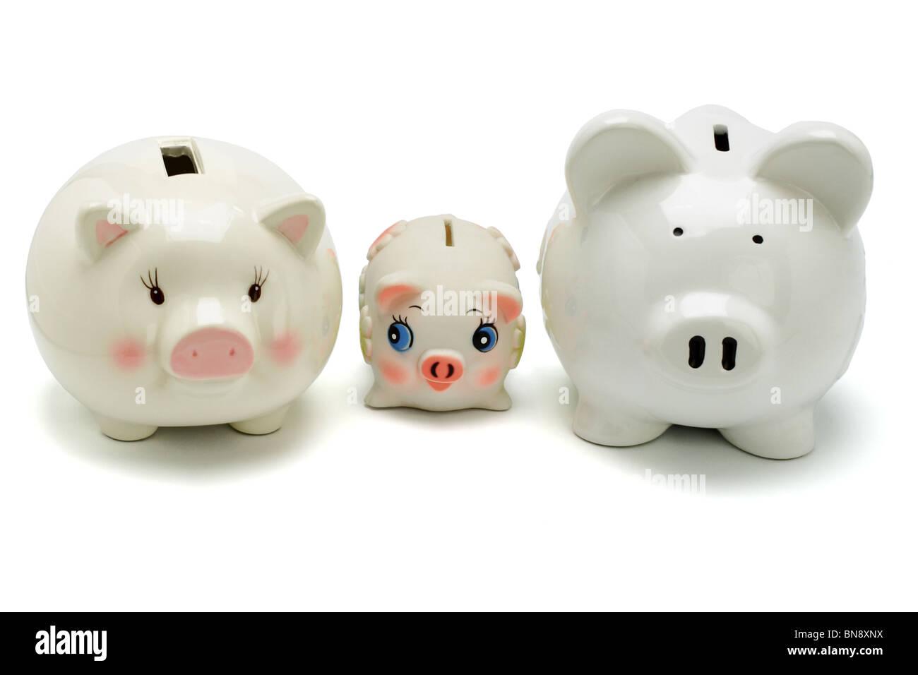 Famiglia di piggy banche su sfondo bianco Immagini Stock