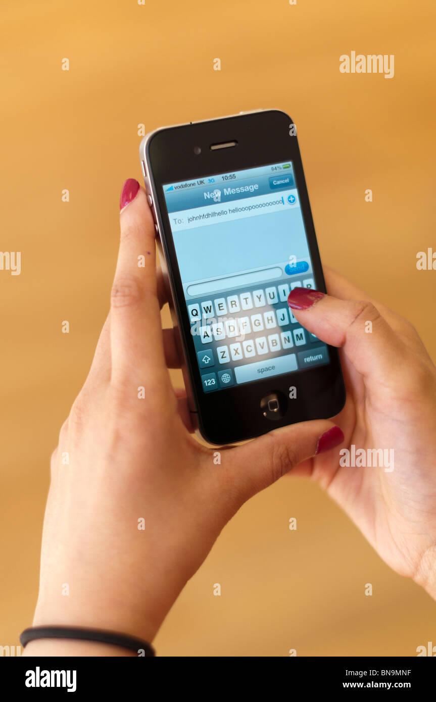 Persona che utilizza il nuovo telefono 4 smart telefono cellulare da Apple Immagini Stock