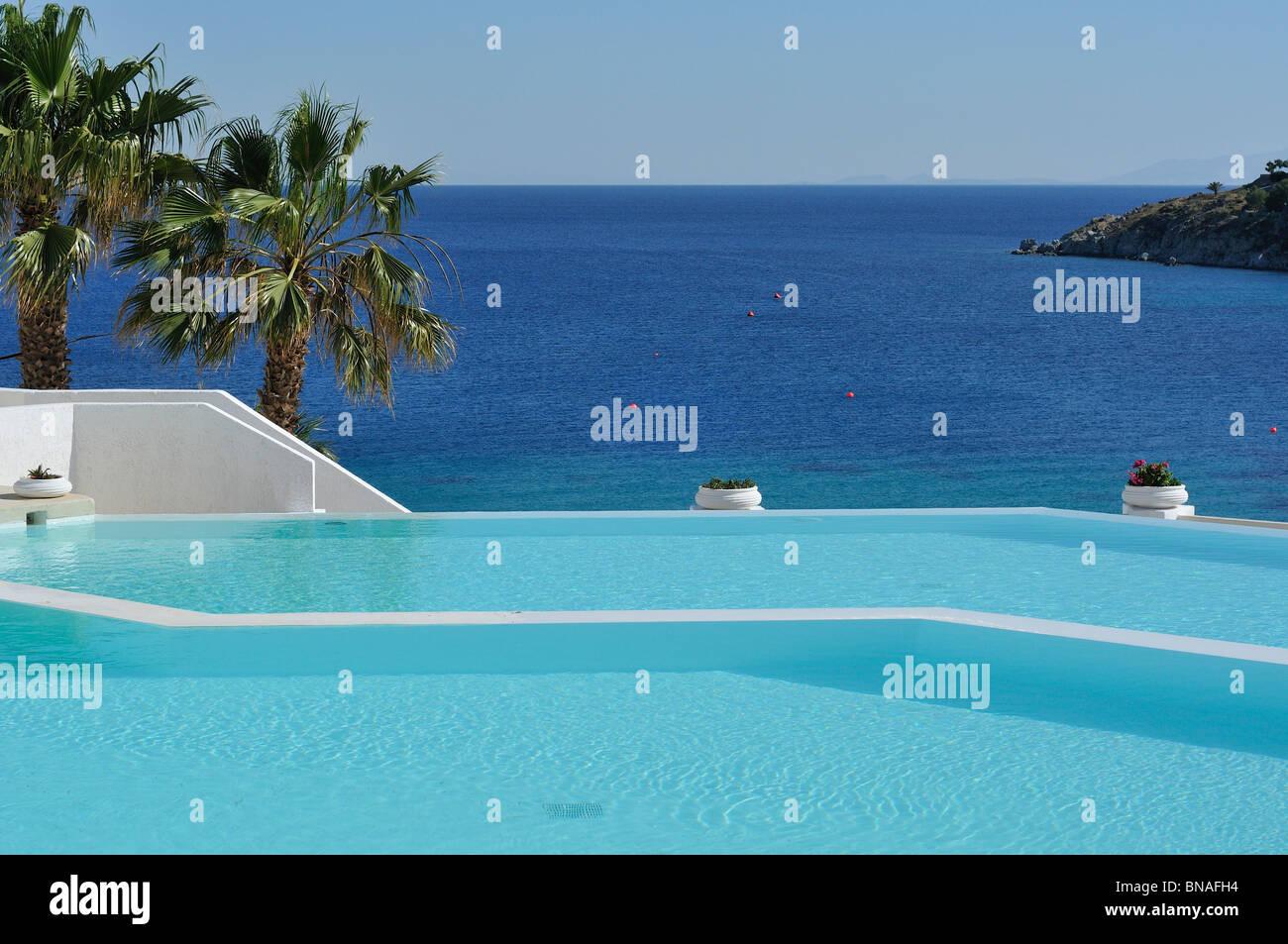 Mykonos. La Grecia. Piscina a sfioro di Hotel Mykonos Blu, Psarou Beach. Immagini Stock