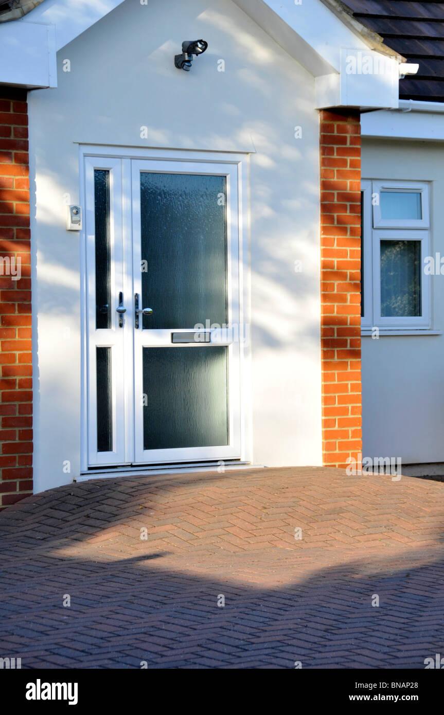 Il blocco di pavimentazione rampa di disabilità a casa porta anteriore dando passo libero accesso per disabili Immagini Stock