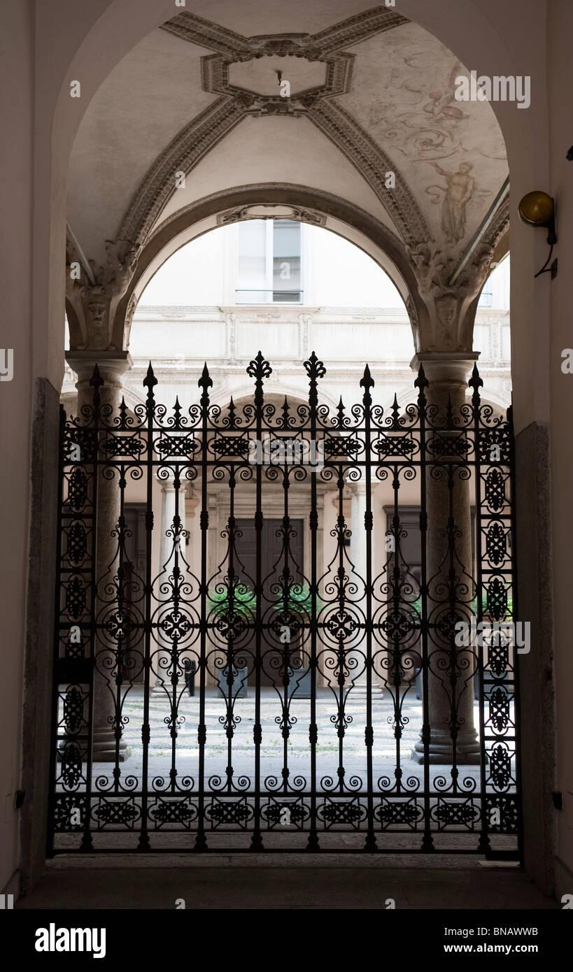 Cancellata in ferro battuto, cortile nel centro di Milano, Italia ...