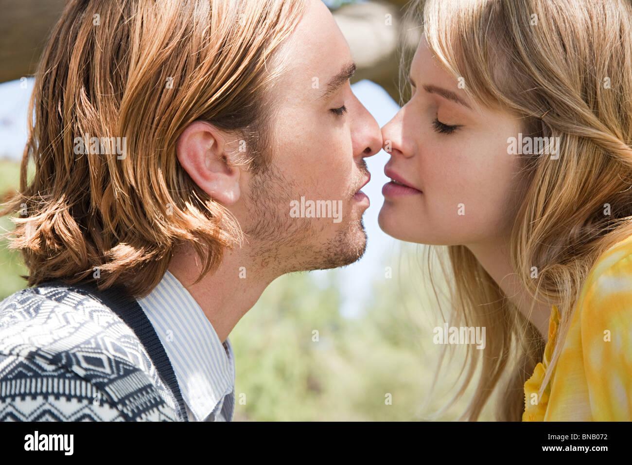 Coppia giovane circa a baciare Immagini Stock