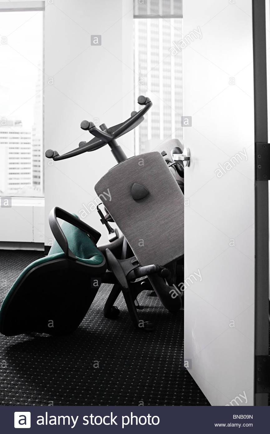 Pila di sedie in ufficio Immagini Stock