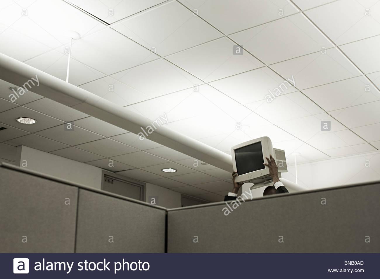 Persona che tiene in alto sul monitor del computer in ufficio Immagini Stock