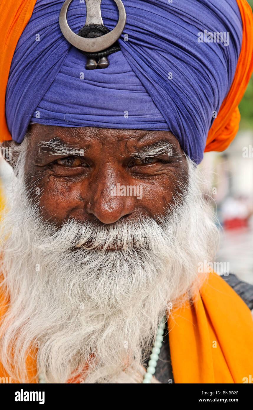 La religione Sikh l uomo al Tempio d'oro, Amritsar Punjab, India Immagini Stock