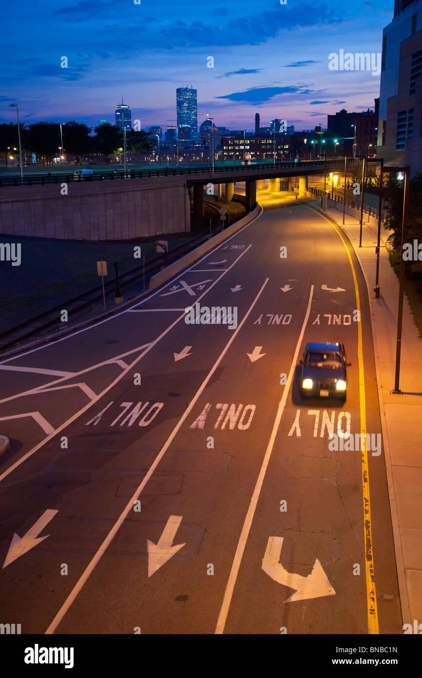 Boston, Massachusetts - una vettura su una superstrada uscita della rampa in South Boston. Immagini Stock