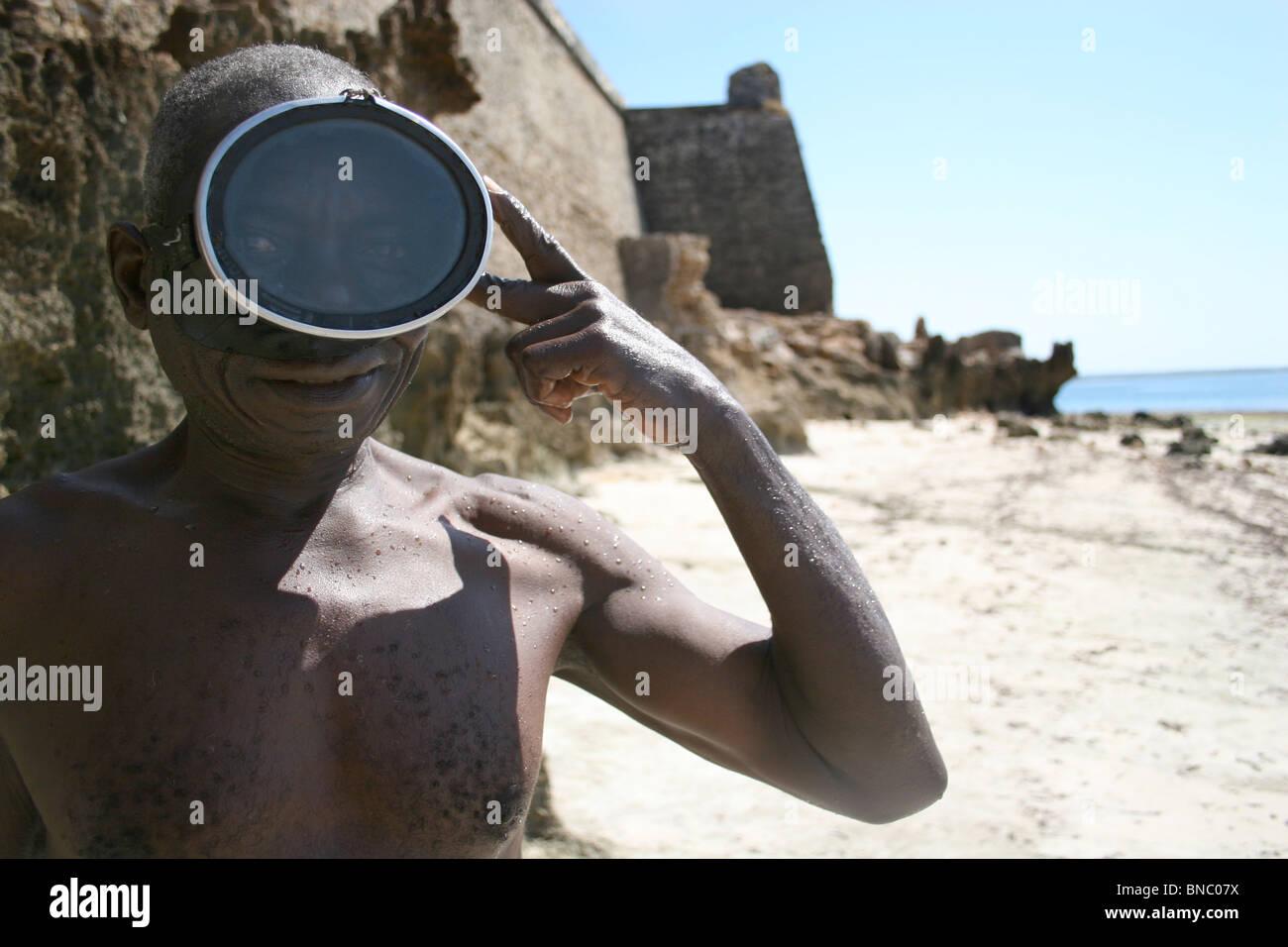 Pescatore mozambicana adegua la sua snorkeling maschera, Ilha de Mozambico. Immagini Stock