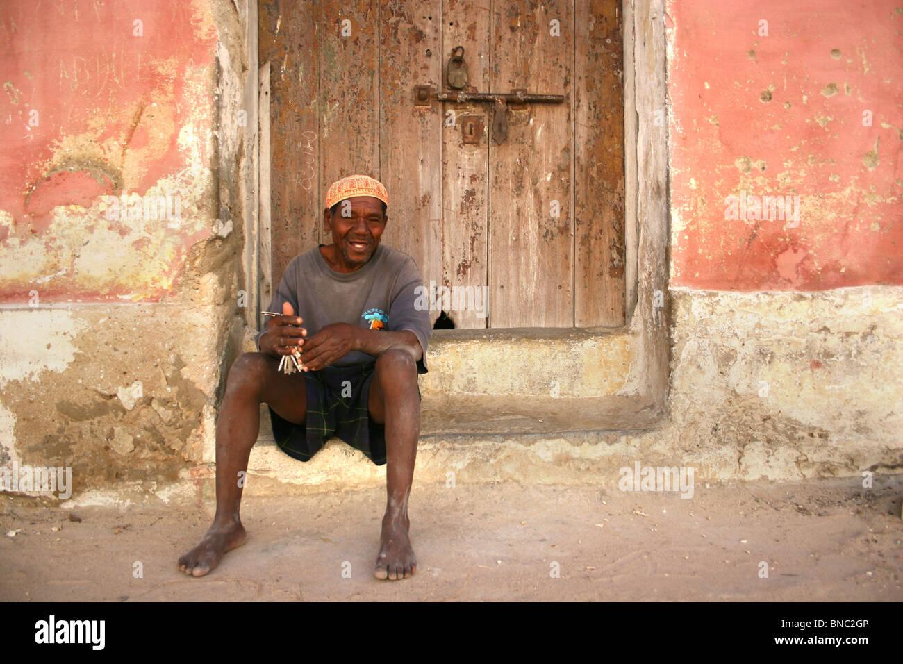Mozambicani uomo seduto su porte, Ilha de Mozambico. Immagini Stock