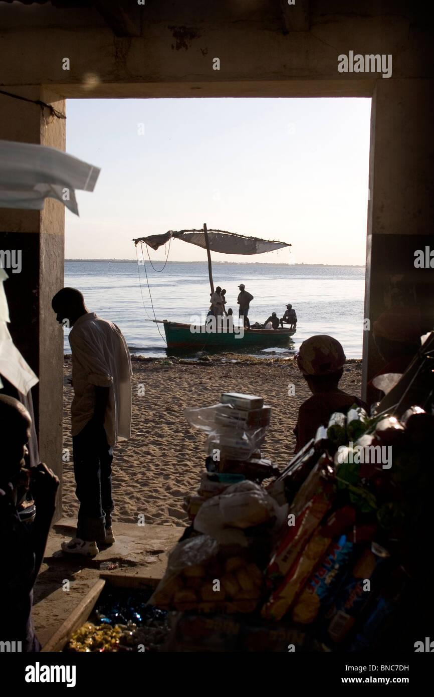 Porta al mercato con Dhow barca ormeggiata sulla spiaggia, Ilha de Mozambico. Immagini Stock
