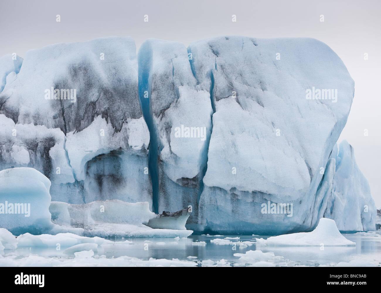Iceberg galleggianti in Jokulsarlon laguna glaciale Breidamerkurjokull, ghiacciaio Vatnajokull calotta di ghiaccio, Immagini Stock