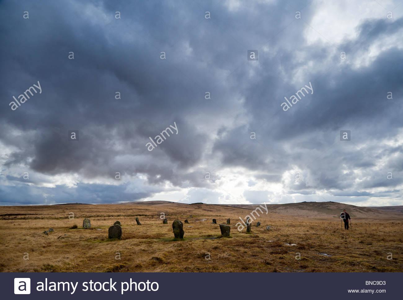 Oltrepassando il cerchio di pietra sulla collina Cosdon, North Dartmoor Devon. Immagini Stock