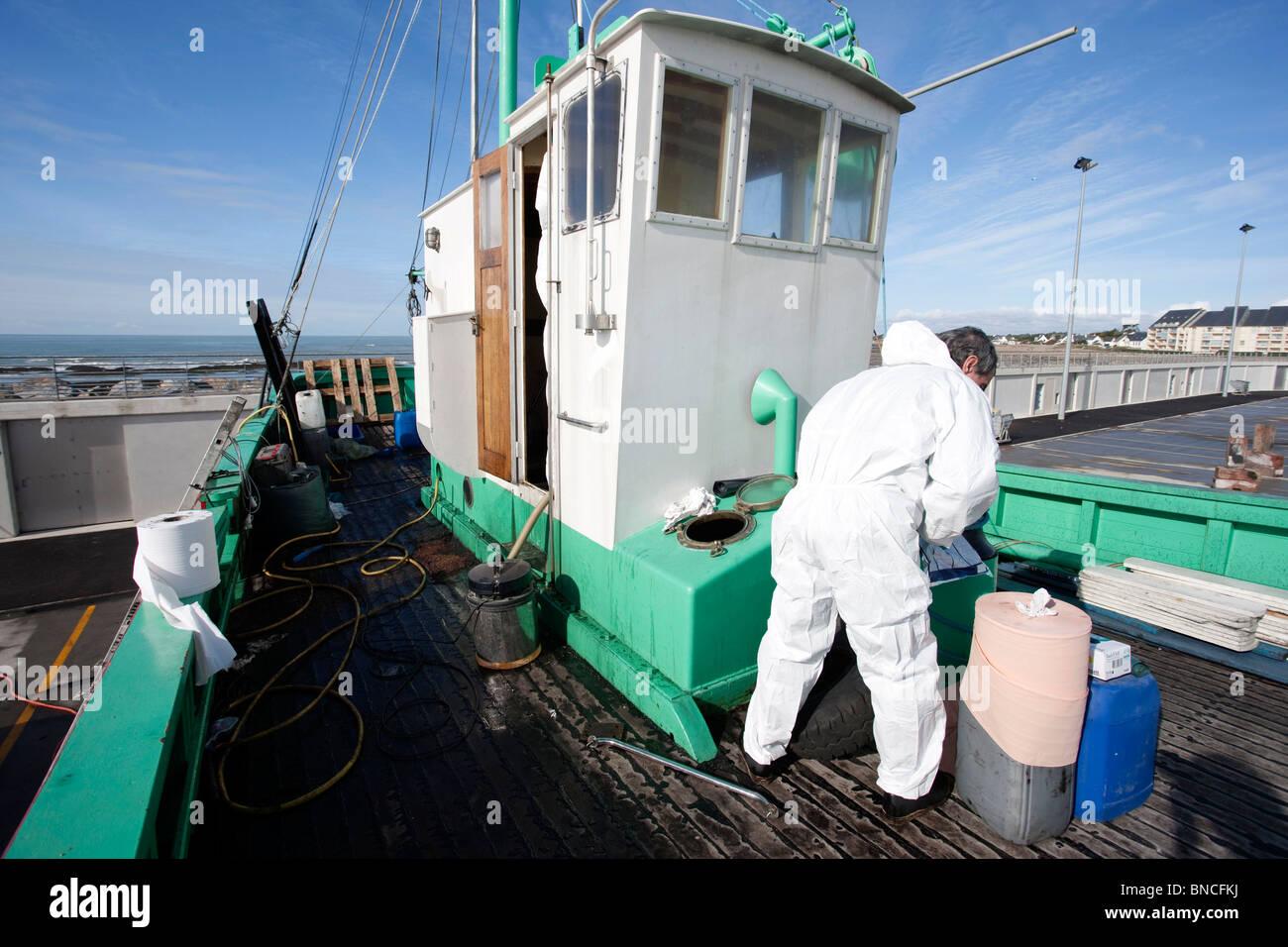 Il mantenimento di una barca nel bacino di carenaggio Immagini Stock