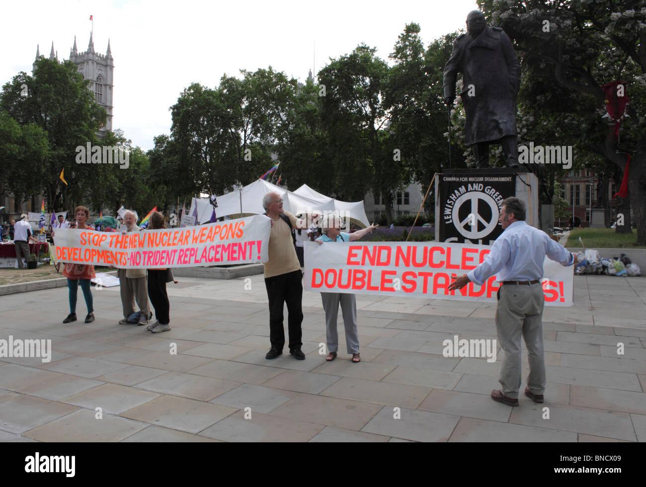CND banner presso il villaggio di democrazia Accampamento della Pace Westminster London 6 Luglio 2010 Immagini Stock