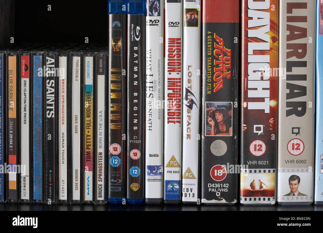 Fila di vhs dvd blu-ray video casi e cd album su un ripiano nel Regno Unito Immagini Stock