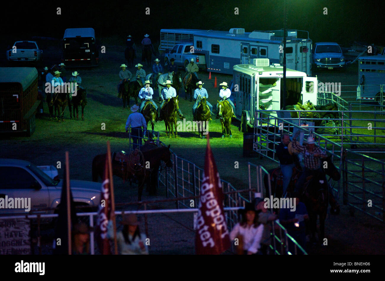 Cowboy e Cowgirl nel loro tempo libero in backstage a PRCA Rodeo in Smalltown Bridgeport, Texas, Stati Uniti d'America Immagini Stock
