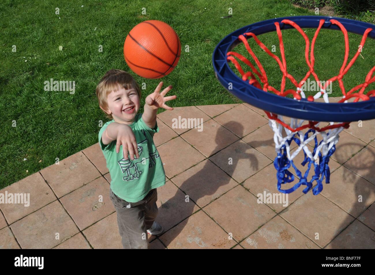 Ragazzo giocare a basket Immagini Stock