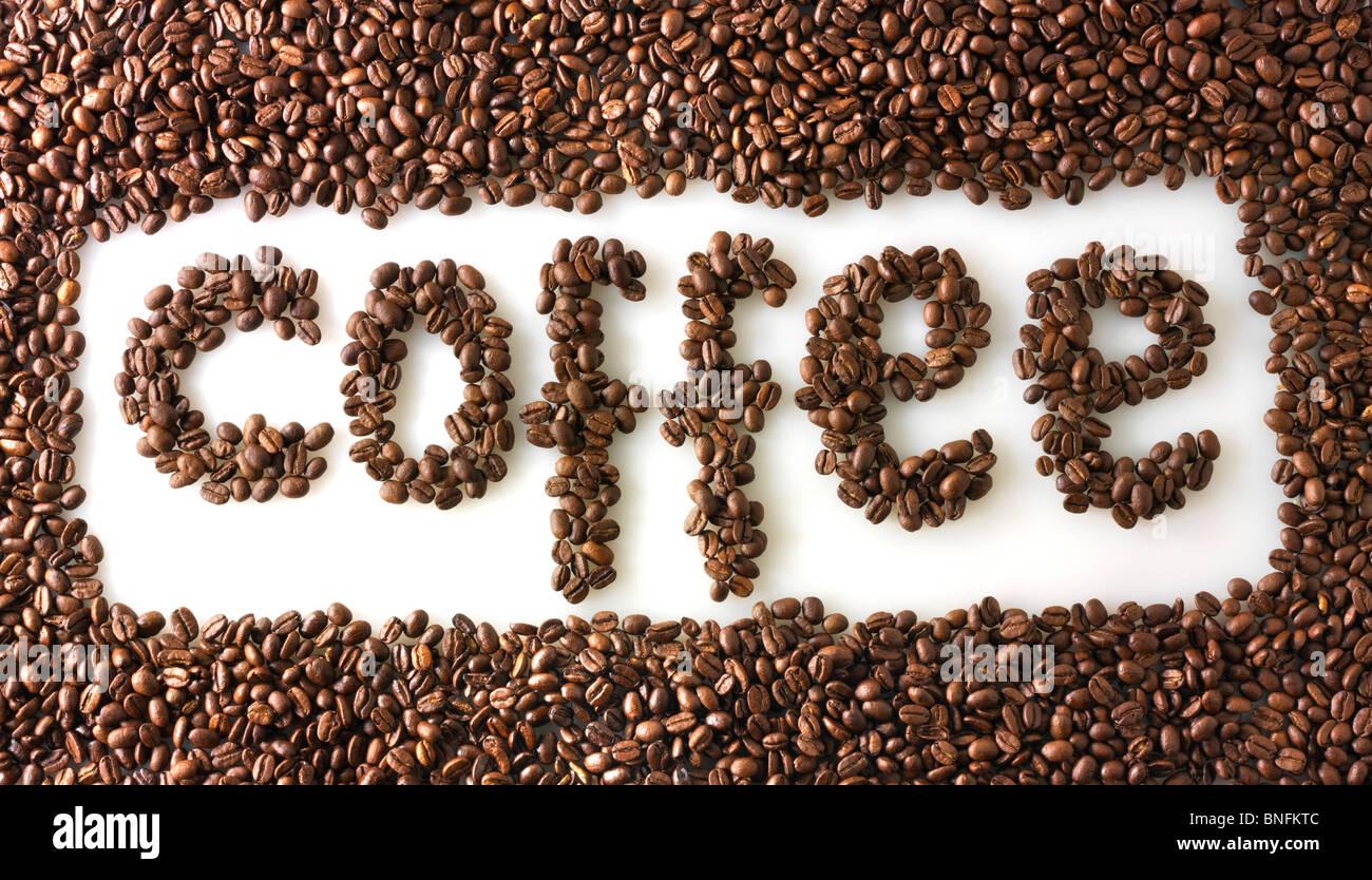 Chicchi di caffè rendendo la parola caffè Immagini Stock