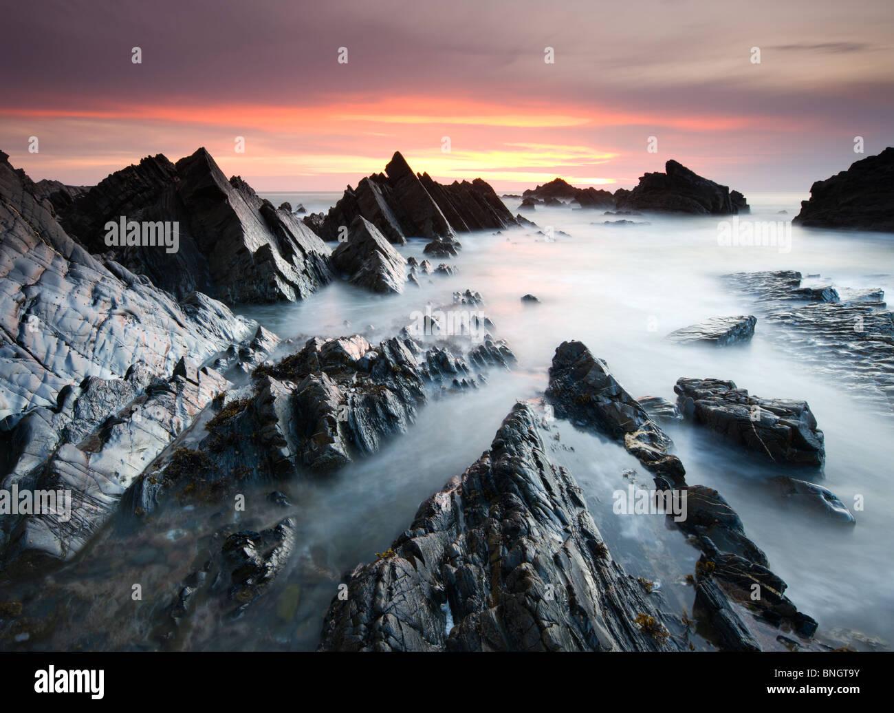 Drammatico scenario costiero al tramonto, Hartland Quay, North Devon, in Inghilterra. Molla (aprile) 2010 Immagini Stock