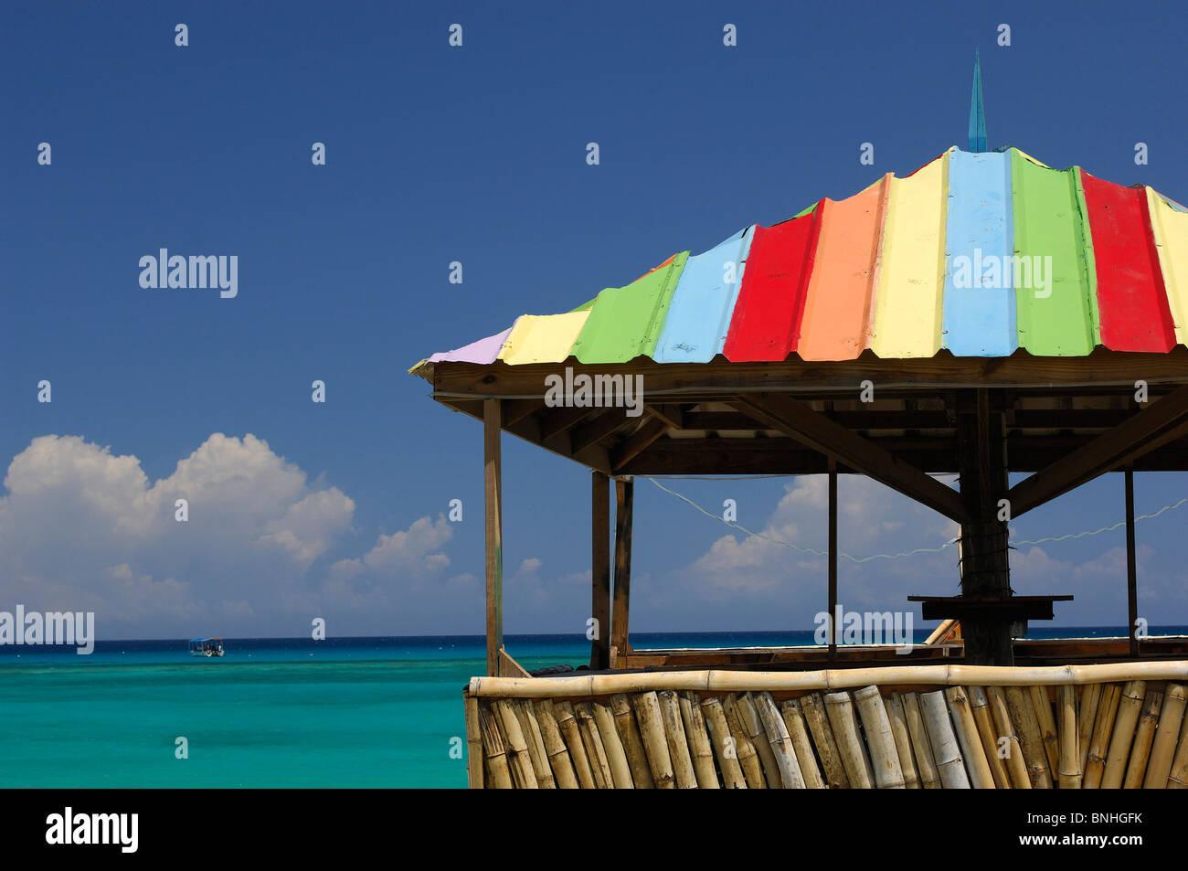 Caraibi Runaway Bay Giamaica costa del mare oceano Shore colorato ombra ombrellone in spiaggia turismo Immagini Stock
