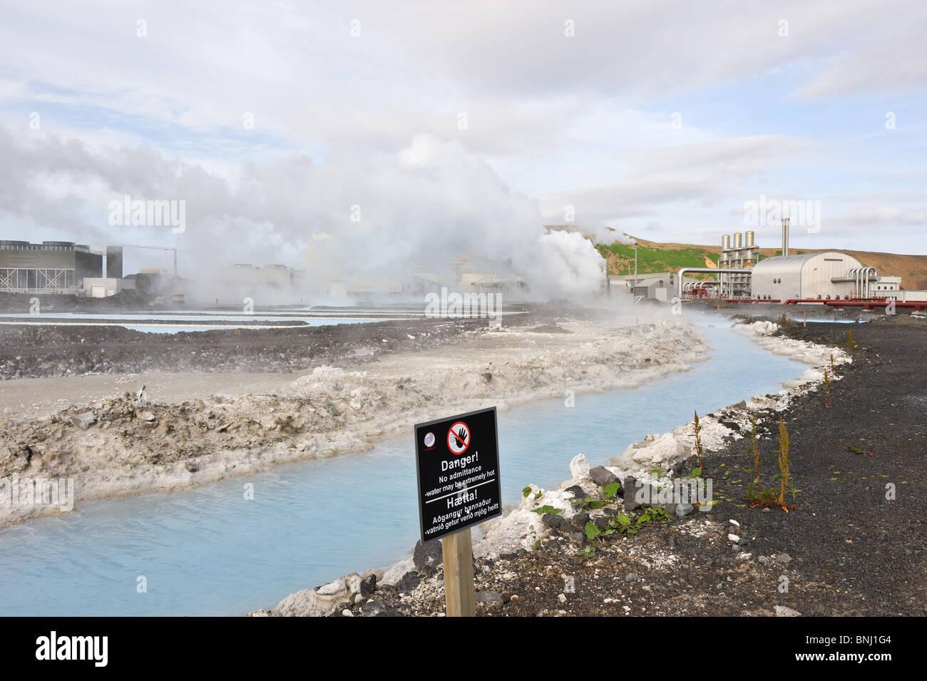 Svartsengi Centrale geotermica elettrica nei pressi di Grindavik, Sud dell'Islanda. Nero segno di avvertimento Immagini Stock