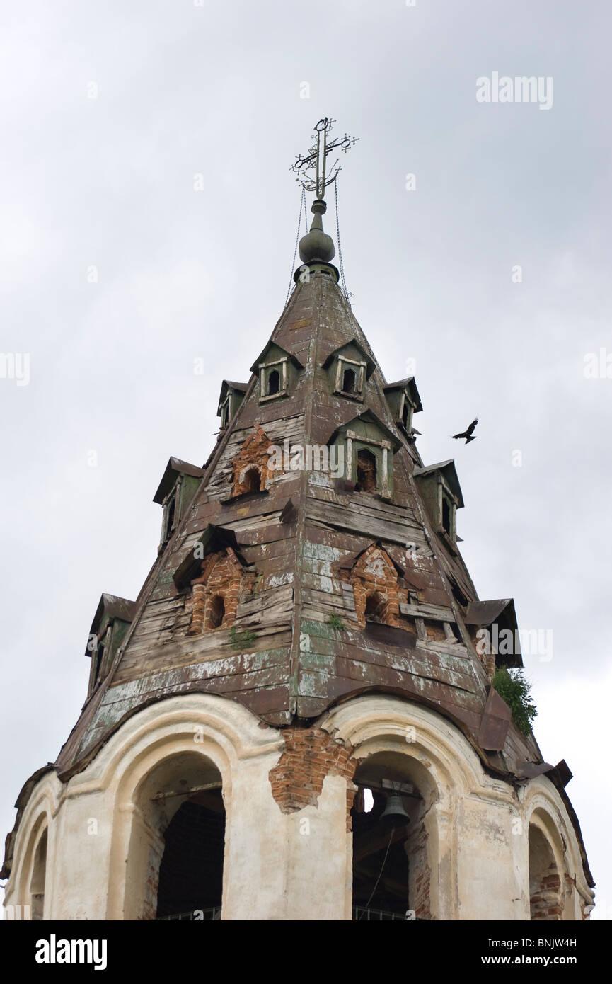 Vecchia cristianità del campanile in un piccolo villaggio russo Immagini Stock