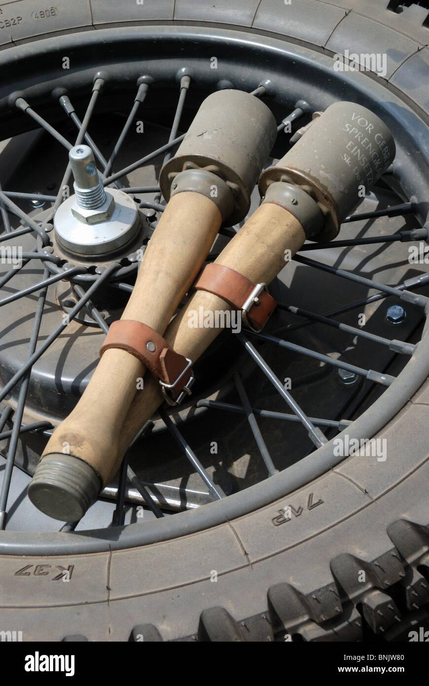 Due tedesche tipo stick 24 granate attaccato ad un lato del motociclo auto ruota di scorta. Immagini Stock